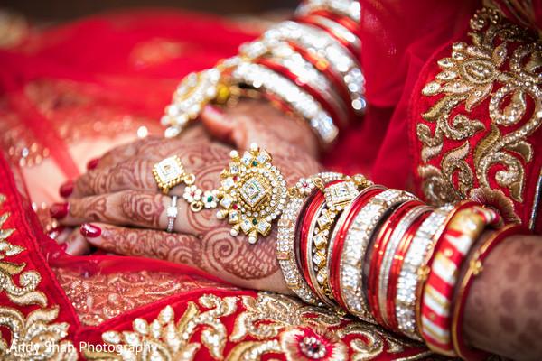 Superb hand jewelry and mehndi.