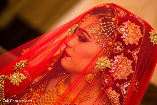 pakistani bride,dupatta,pakistani bridal wear,bridal wedding photography