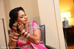 indian bride getting ready,bridal jewelry,mehndi art