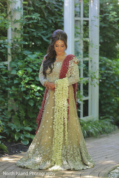 bridal bouquet,indian bride,bridal fashion,lehenga
