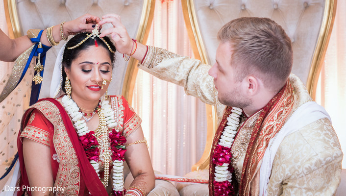 indian wedding ceremony,sindhoor wedding ritual,indian bride and groom,bridal jewelry