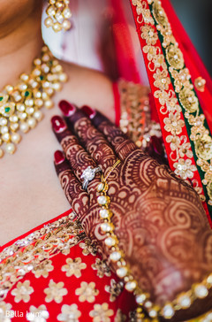 indian bride getting ready,indian bride bangles,bridal jewelry,mehndi art