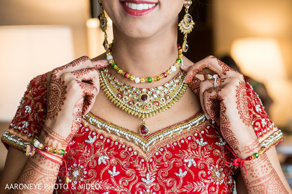 indian bride getting ready,bridal jewelry,mehndi art