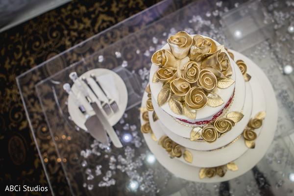 Exceptional Indian wedding cake decor.