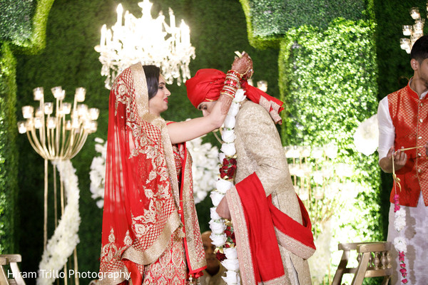 indian wedding ceremony,indian wedding ceremony photography,indian bride and groom,jai mala ceremony