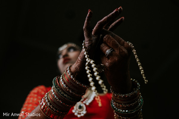 indian bride getting ready,indian bride,indian wedding gallery,bridal jewelry