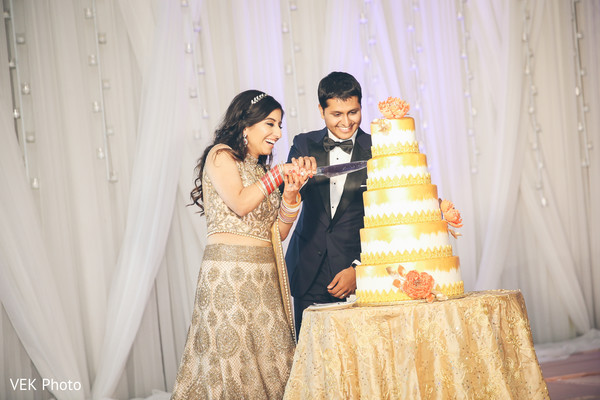 indian wedding cake,indian bride and groom with wedding cake,delicious wedding cake