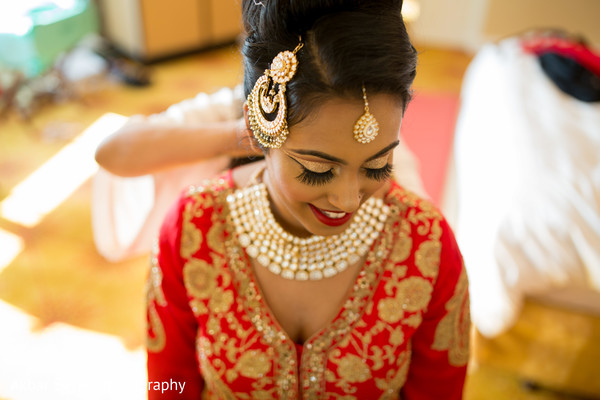 Lovely Indian bride wearing her Tika and Polki necklace choker.