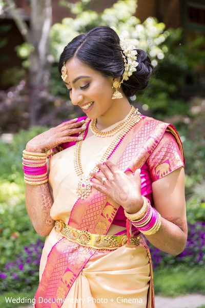 Ravishing Indian bride whit her ceremony outfit.