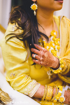 Marvelous Indian bride's mehndi art capture.