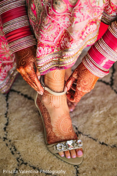 indian bride getting ready,indian bride,indian bride shoes,mehndi art