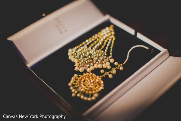 Glamorous Indian bridal tikka and earrings capture.