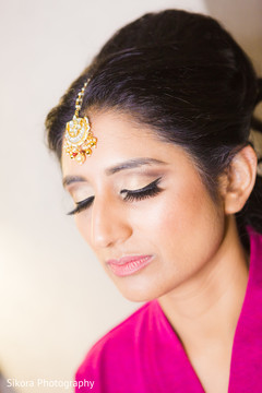 Indian bride's hair and makeup, Indian bridal tikka, Indian bride's fashion,