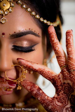 Marvelous Indian bride's tikka and nose ring.