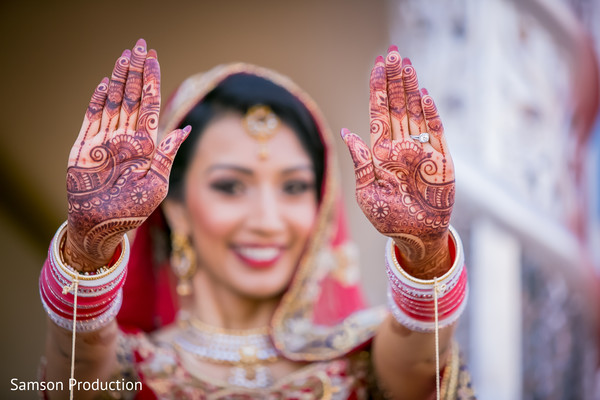 Enchanting capture of the mehndi designs.
