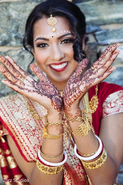 Marvelous Indian bridal mehndi art capture.
