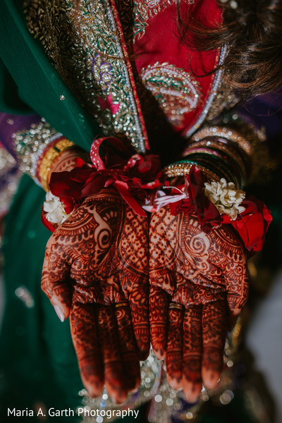 Astonishing Indian bridal mehndi art.