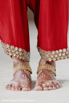 Detailed mehndi design and foot jewelry wear