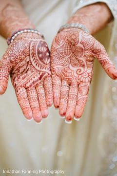 Maharanis hands with amazing mehndi art.