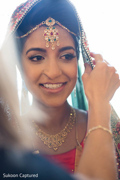 Marvelous Indian bride with her tikka on.