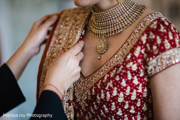 Beautiful details of the bridal jewelry and the sari on the maharani