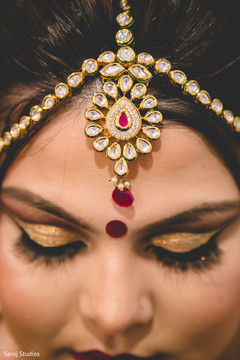 Lovely Indian bride wearing her Tikka.