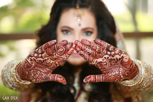 Amazing mehndi design on the Indian bride