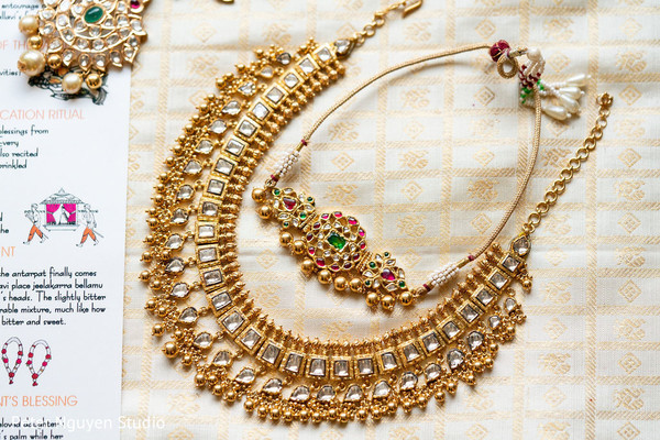 Details of the Indian bride's golden necklace