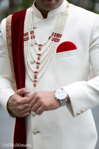 Stunning Indian grooms Grooms mala .