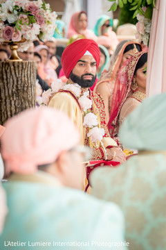 Glamorous Indian groom capture.