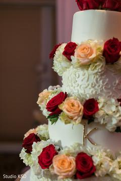 Floral arrangement details on the wedding cake