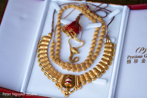 Stunning maharanis ceremony jewelry.
