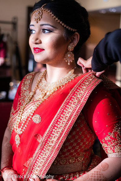 Enchanting Indian bride getting ready for ceremony capture.