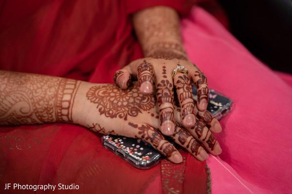 Lovely Indian bridal henna art capture.