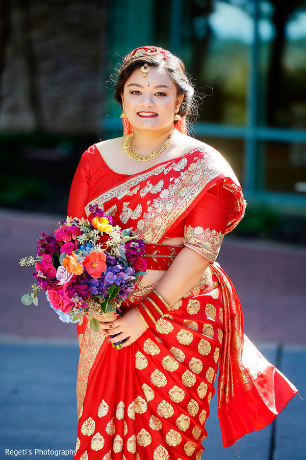See this dazzling Maharani posing with the bouquet