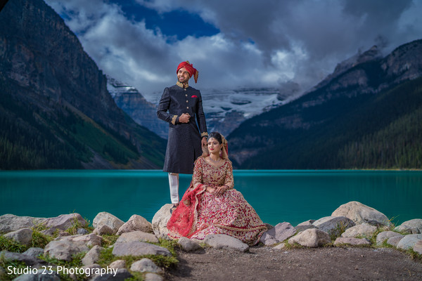 See this incredible shot of Indian lovebirds