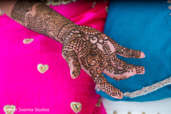 Mehndi design detail rocked by Maharani