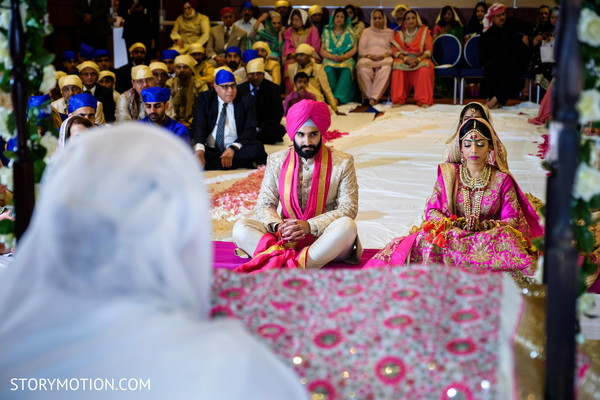See this Indian couple at their sikhism wedding ceremony capture.
