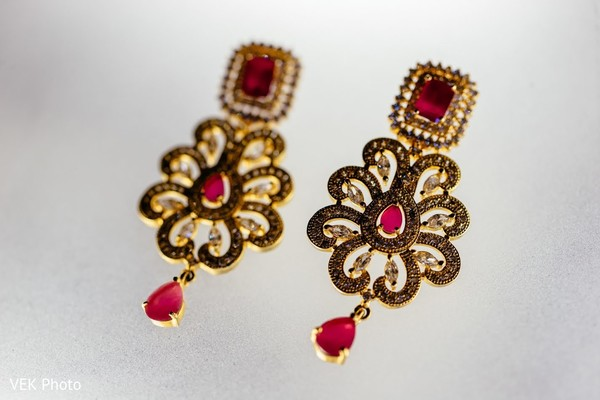 Stunning Indian bridal earrings capture.
