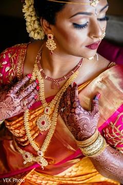 See maharani with her Kundan choker set on.