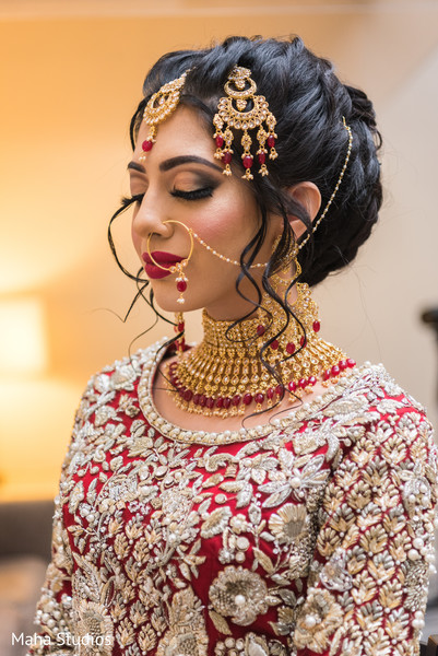 Magnificent Indian bride with polki necklace choker.