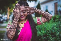 Maharani showing her hands mehndi art.