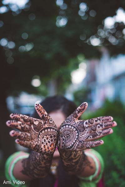 Incredible Indian bridal mehndi art capture.
