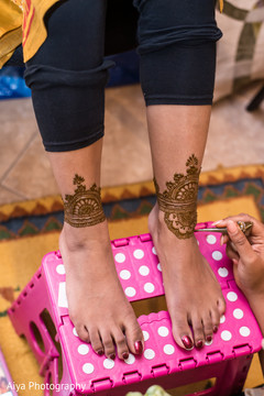Maharani getting her henna art done on her feet.