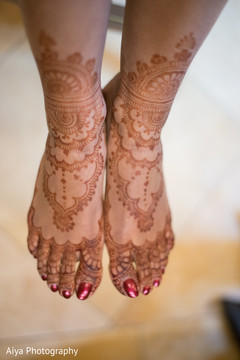 Marvelous Indian bridal feet mehndi art.