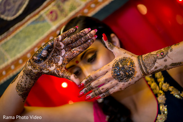 Maharani showing her mehndi art