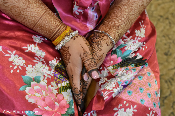 Marvelous Indian bridal mehndi art capture.