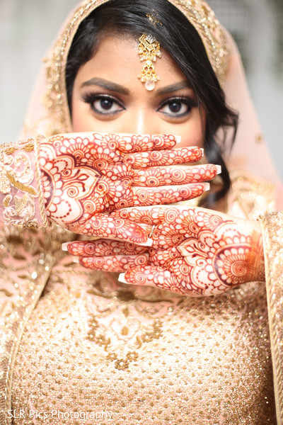 See this gorgeous bride showing her mehndi