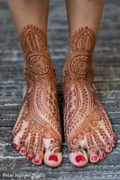 Magnificent maharani's mehndi art on her feet.