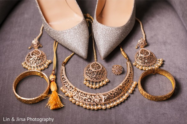 Shoes and jewelry details of the Maharani